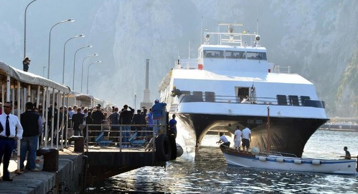 Citizens of Capri have blocked the port preventing the docking of the hydrofoil, in Capri's Island, Italy, 27 May 2012. On the pier about a thousand people are making a protest against the increases decided by private shipping companies. ANSA/PRIMA PAGINA